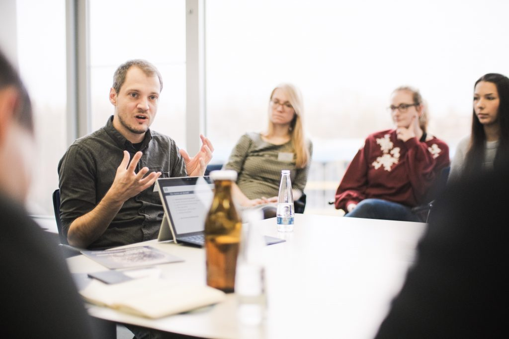 Wolfgang Kerler im Gespräch mit Studierenden des Studiengangs Technikjournalismus und Technik - PR der TH - Nürnberg. Foto: Tim Neiertz