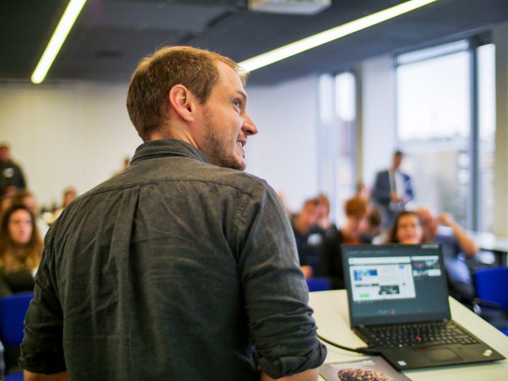 Wolfgang Kerler stellt bei 10 Jahre TJ an der Technsichen Hochschule Nürnberg seine Community Medium 1E9 vor. Foto: Robert Urlacher