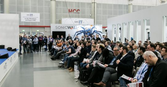 Eine Person hält einen Vortrag auf einer Bühne bei einem Fachmedien Event.