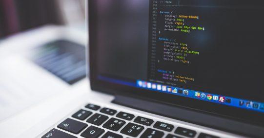 Laptop zeigt Algorithmus an. Mit Roboterjournalismus könnten zukünftig Texte erstellt werden.