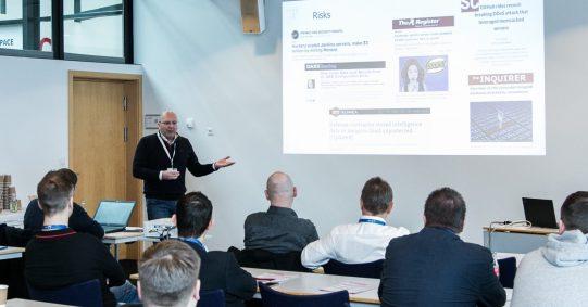Ein Mann hält einen Vortrag auf einem Fachmedien Event.