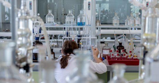 Wissenschaftler stehen viel im Labor, aber die Wissenschaftskommunikation gehört auch zu ihrer Arbeit
