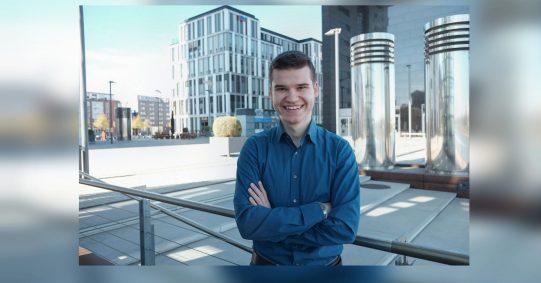 Oskar Vitlif arbeitet unter anderem als freier Journalist für die Social-Media-Redaktion der Tagesschau. Im letzten Jahr hat er einen Jobletter für junge Menschen im Journalismus gestartet.