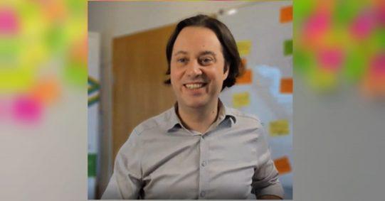 Marting Szugat Gründer und Geschäftsführer der Agentur Datentreiber. Screenshot: SchulzHintergrundbild von Nathália Rosa auf Unsplash.