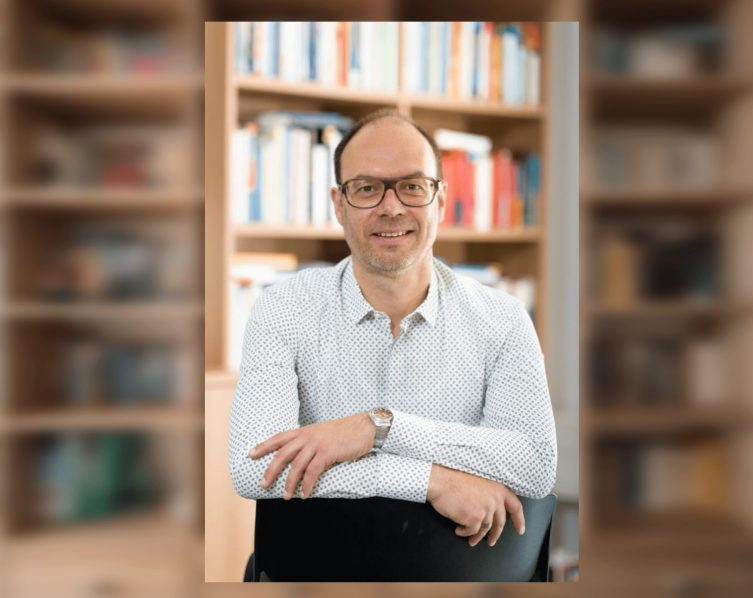Prof. Dr. Christoph Bieber, Universität Duisburg-Essen. Foto: Prof. Christoph Bieber Background: Photo by Pickawood on Unsplash